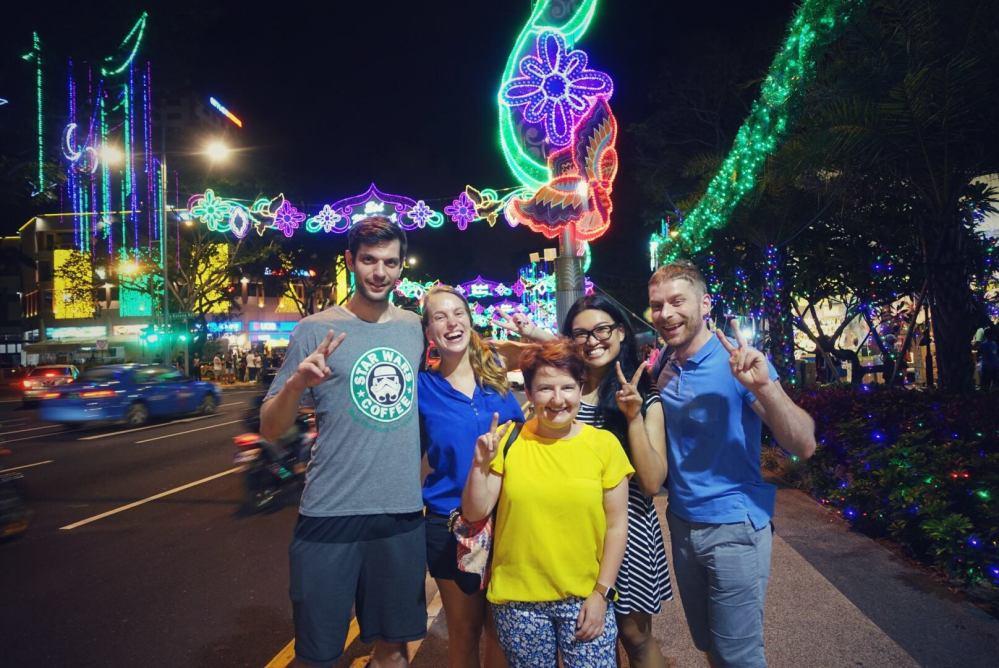 La strada illuminata a festa per il Ramadan. credits @erakogu .jpg